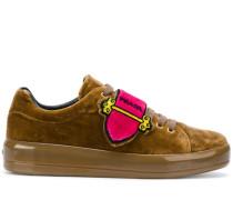 Sneakers mit Schnalle-Print