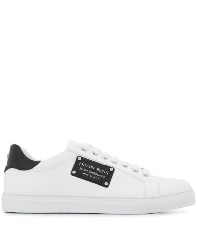 Sneakers mit Schild