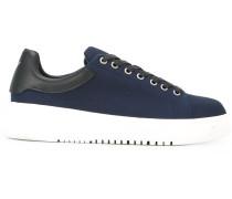 - Kontrastierende Sneakers - men