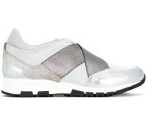 Sneakers mit überkreuzten Riemen