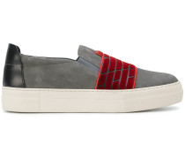 Sneakers mit elastischen Einsätzen