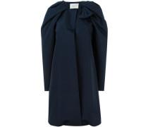 Drapierter Mantel mit Zierschleife