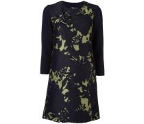 Kleid mit kontrastierenden Ärmeln