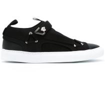 Sneakers mit asymmetrischem Einsatz
