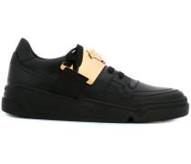 Sneakers mit Medusa-Schild