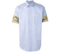 Gestreiftes Hemd mit Camouflage-Manschetten