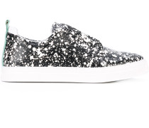 Sneakers in Farbklecks-Optik