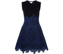 Ausgestelltes Kleid mit Ethno-Motiv