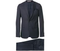 Zweiteiliger Anzug mit Einstecktuch