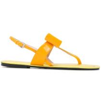 Flache Sandalen mit Schleife