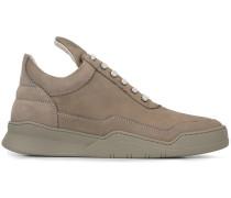 Sneakers mit langer Lasche