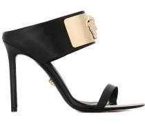 Sandalen mit Medusa-Motiv