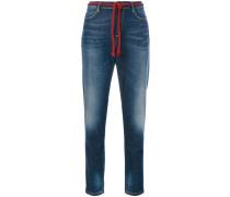 Cropped-Jeans mit Flechtgürtel