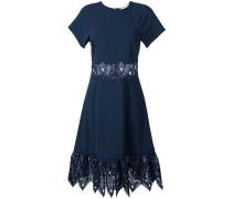 Ausgestelltes Kleid mit Spitzenstickerei