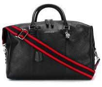 Reisetasche mit Totenkopf-Anhänger