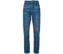 Jeans mit aufgestickten Rosen