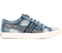 Jeans-Sneakers mit metallischem Patch