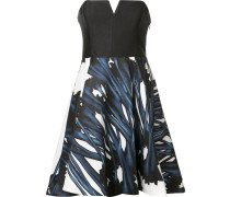 Schulterfreies Kleid mit ausgestellter Form