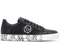 Sneakers mit Totenkopf-Print