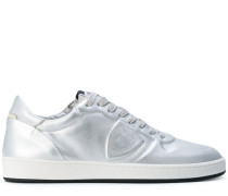 Sneakers mit Metallic-Effekt