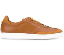 Sneakers mit Piercing