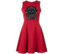 Kleid mit Totenkopf-Verzierungen