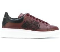 Sneakers mit aufgestickter Feder