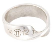 Verdrehter Ring mit Logo-Stempel
