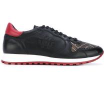 Sneakers mit NietenApplikationen
