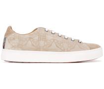 Sneakers mit abstraktem Muster