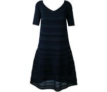 Ausgestelltes Kleid mit Stickerei