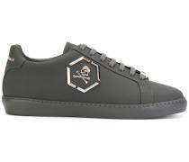 Sneakers mit Totenkopf-Applikation