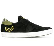 Sneakers mit Pfeil-Patch