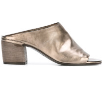 Pantoletten im Metallic-Look