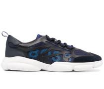 Sneakers im Layering-Look