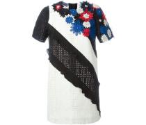 Besticktes Kleid mit Blumenapplikationen