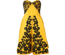 Schulterfreies Kleid mit Spitzenbesätzen