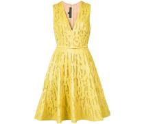 - Texturiertes Kleid mit ausgestelltem Schnitt