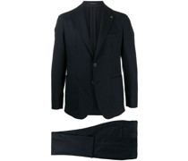 Anzug mit Anstecknadel