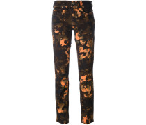 Cropped-Jeans mit Camouflage-Print