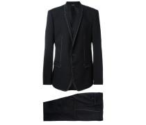 Anzug mit Ziernähten