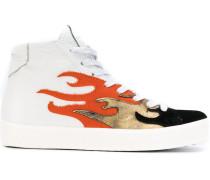 """Sneakers mit """"Feuer""""-Print"""