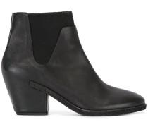 v detail Chelsea boots