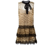 Ausgestelltes Seidenkleid mit Leoparden-Print
