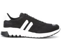 Sneakers mit Metall-Kappe