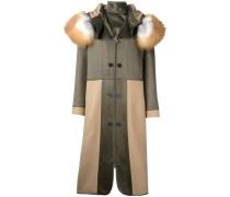 Zweifarbiger Mantel mit Fuchspelzbesatz