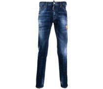 Distressed-Jeans mit Logo-Patch