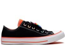 Sneakers mit Regenbogenstreifen