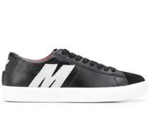 "Sneakers mit ""M""-Applikation"