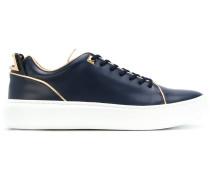 Sneakers mit goldfarbenen Details